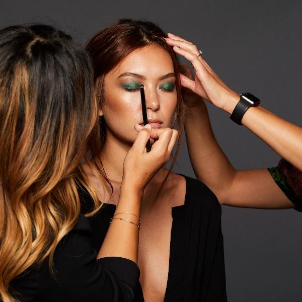 udvalg af makeup til øjnene - mascara, øjenskygge, highlighter, brynpen og eyeliner